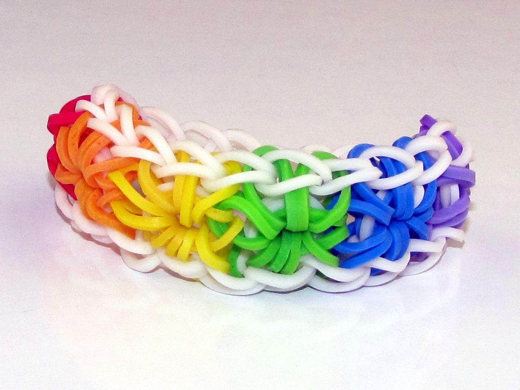 full screen image of the starburst bracelet rainbow loom patterns